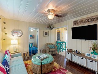 NEW LISTING  Saltwater Sweetie! Colorful Cottage - Close to Everything
