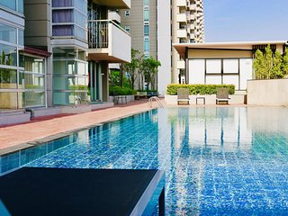 The 21 MuangthongThani by Bunyarit