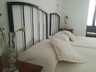 Suite con salón y baño privado en planta independiente. Casa con patio andaluz.