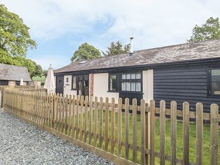 ROWDENS BARN, pet-friendly, single-storey, woodburner, games room, Blandford
