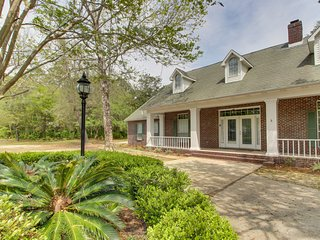 Updated coastal home w/yard, firepit & screened porch- near beaches