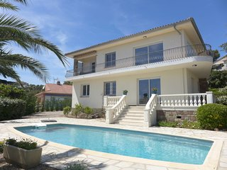 4 bedroom Villa with Pool, WiFi and Walk to Beach & Shops - 5311326