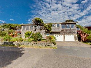 Ocean-facing duplex w/views, deck & fireplace -steps to beach-dogs OK