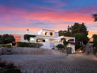 Villa Tara, Amazing views, Private Heated Pool Gated, Walk to town & Beach.
