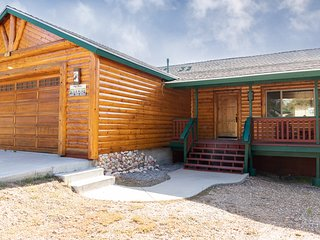 *MOONRIDGE MODERN LOG CHALET~Central Location~Minutes To Town~