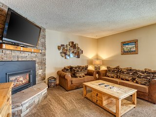 Upscale mountain condo close to chairlift w/ shared hot tub!