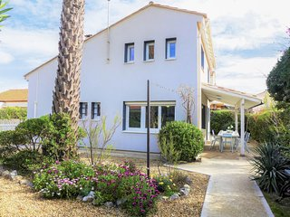 4 bedroom Villa with WiFi and Walk to Beach & Shops - 5803095