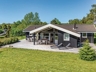 Nice home in Højby w/ Sauna, WiFi and 5 Bedrooms