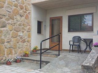 Puerta de entrada zona Norte, con rampa de accesibilidad y barandilla de apoyo