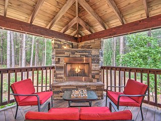 1.2-Acre Broken Bow Cabin w/Hot Tub, Fire Pit