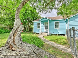 Corpus Christi Home w/ Yard - Drive to Beach!