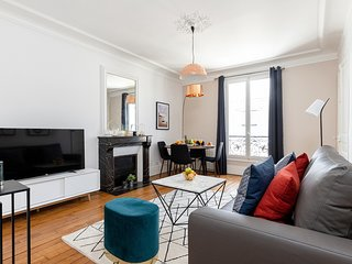 049. LOVELY LATIN QUARTER 1BR STEPS FROM LE PANTHEON!