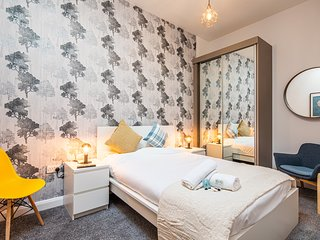 The Skylight Apartment. Sheffield City Centre, Sleeps 4. Cozy & Stylish.