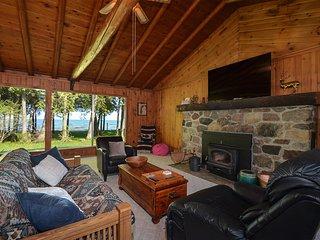 CEDAR CABIN on the BAY (Lake Michigan--Green Bay): WIFI, Pet-friendly lakefront