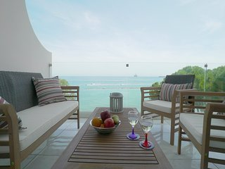 3b Beachfront Apartment on Top of the Sea