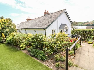 POLSUE COTTAGE, Open fire, Enclosed garden, Open-plan living, in Point