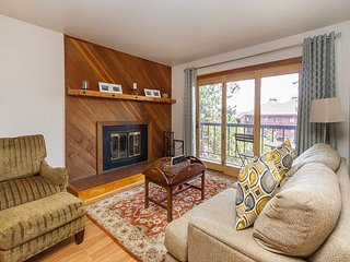 Cozy condo in Wildernest with King Bed, Clubhouse Access, and great views