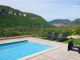 Liaucous Villa Sleeps 8 with Pool and Air Con - 5803280