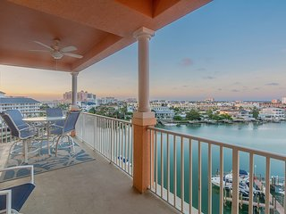 Waterfront Breeze Condo - Waterfront with a pool!
