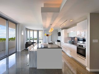 Luxurious 2 bedroom  Miami Beach, Pool, Gym, Beach access