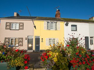 Gull Cottage, a minute walk to beach.Pet friendly