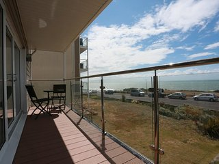 BOURNECOAST: MODERN APARTMENT WITH BALCONY AND BREATH-TAKING SEA VIEWS - FM6180