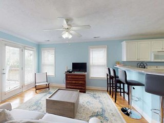 Heart of Downtown Carolina Beach ~ Ocean Views, Pet Friendly, Walk to Beach, Sho