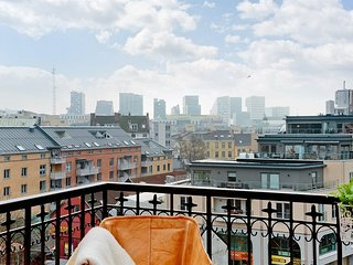 Central design penthouse/loft w/balcony, hammock & views!