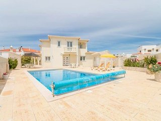 5 bedroom Villa with Pool, Air Con, WiFi and Walk to Shops - 5238925