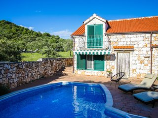 Niva - Three Bedroom Holiday Home with Outdoor Pool