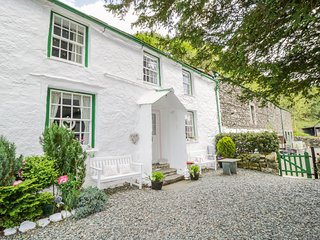 SHEPHERD'S COTTAGE, open-fire, lake views, near Keswick