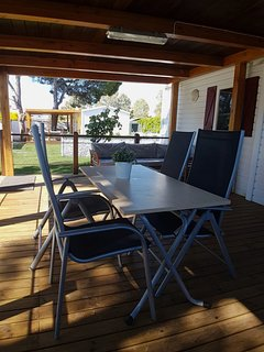 Interior porche mesa comedor