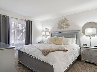 RELAX IN OUR STYLISH HOME NEAR DISNEYLAND - FREE PARKING