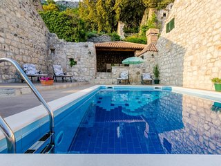 2 bedroom Villa with Pool and WiFi - 5684378