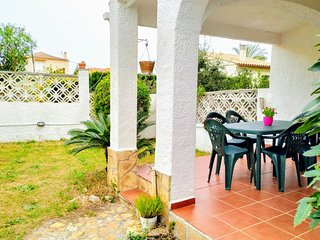 Villa Yolanda, magnificent terrace with garden, 10min from the beach, for 6 peop
