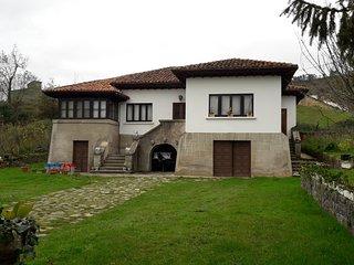 Preciosa casa de pueblo con jardin, situada en San Roman.