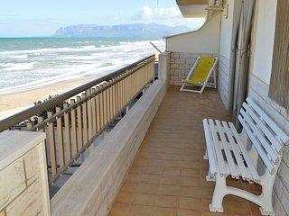 AL046 - Apartment on the beach