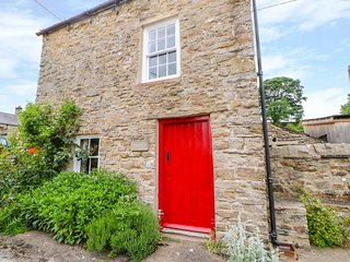 STOREYS COTTAGE, open fire, exposed beams, rural views, near Redmire