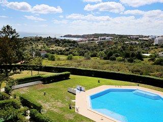T2 Mar à Vista, Espaçoso Duplex, bom terraço, piscina, vista mar a 550m da Praia