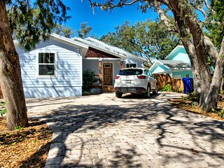 The Coastal Cottage - 2 Master Bedrooms & Large Deck - Short Walk to Quiet Beach