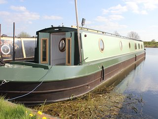 Luxury narrowboat hire in Cambridge. Peace and beauty on the river