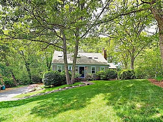 Adorable Cape Cod Cottage w/ Sunroom & Deck - Steps to Long Pond