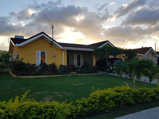 Yaso Nice 3 Bedrooms 5 minutes to Dunn's River!