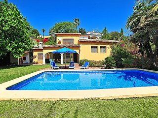 4 bedroom Villa with Pool, Air Con, WiFi and Walk to Shops - 5034372