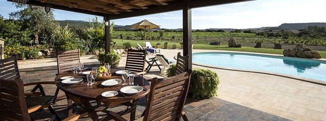 Galboneddu Villa Sleeps 6 with Pool and Air Con - 5805791, casa vacanza a Villanova Monteleone