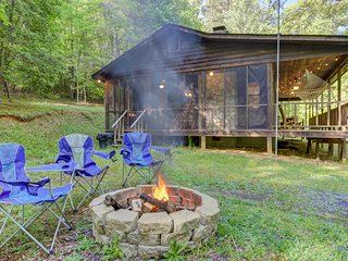 Secluded cabin on three gorgeous acres with a creek & firepit