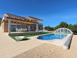 Villa in a quiet area with views to the coast, the sea and the city of Alicante