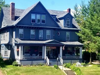 A. Charles Weiss Home ~ Only 3 Blocks to the Lakewalk