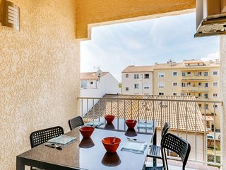 2 bedroom Apartment with Air Con and Walk to Beach & Shops - 5750807