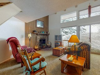 Comfortable condo w/loft & fireplace -near ski, lakes, golf & more